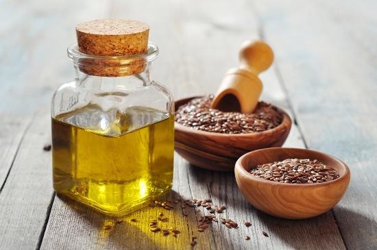 Semillas de lino y aceite en contenedores
