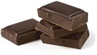 Cuatro piezas de chocolate amargo