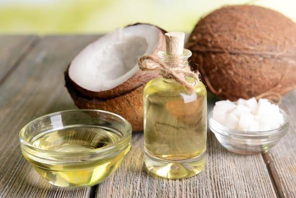 Aceite de coco fraccionado en un frasco y un tazón
