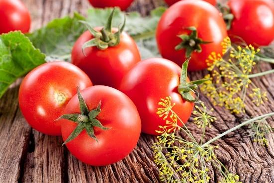 Tomates frescos en una mesa de madera