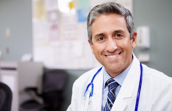 Doctor amistoso sonriendo