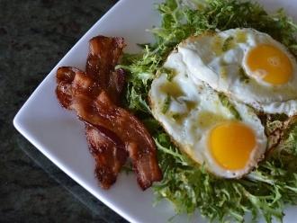 Ensalada Frisee con Tocino y Huevos