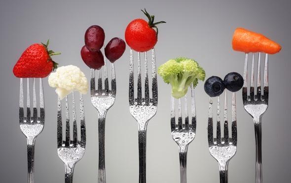 Frutas y verduras en tenedores