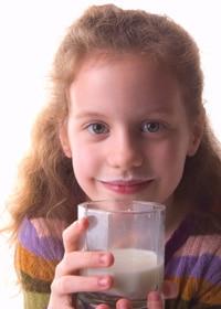 Chica bebiendo un vaso de leche