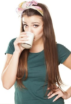 Chica bebiendo productos lácteos bajos en grasa