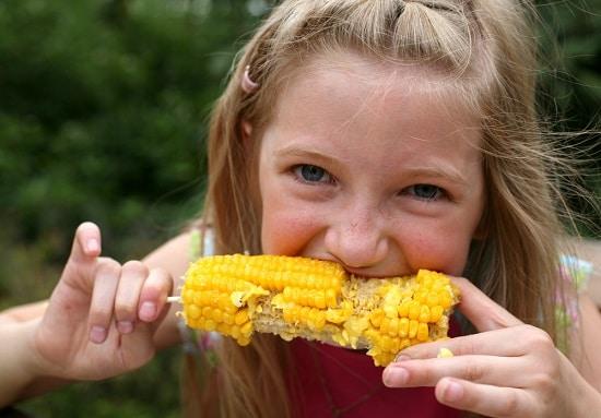Niña, comida, hervido, maíz