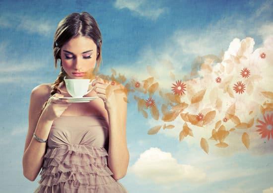 Niña, oler, taza de café