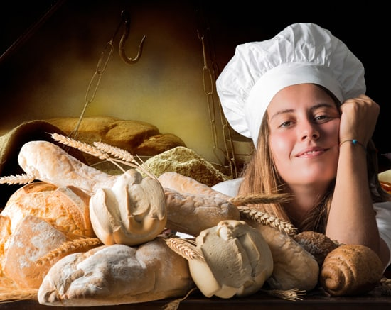 Chica con pan recién horneado-artículo