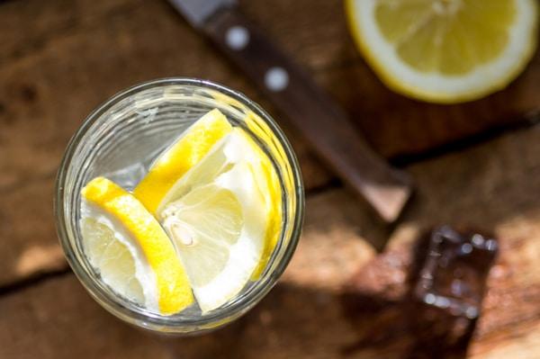 Vaso de agua de limón