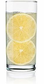 Vaso alto de agua con rodajas de limón