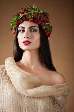 Mujer griega con fresas en la cabeza