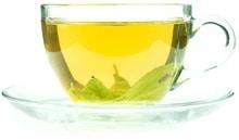 Té verde en una taza de té de vidrio