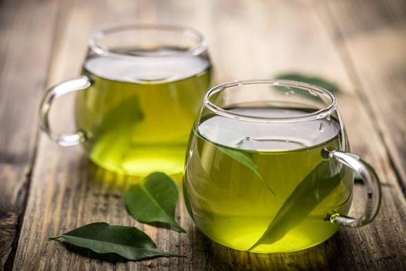 Té verde en dos tazas de vidrio
