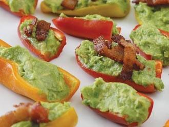 Poppers de pimiento rellenos de tocino y guacamole