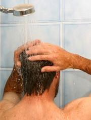 Chico tomando una ducha