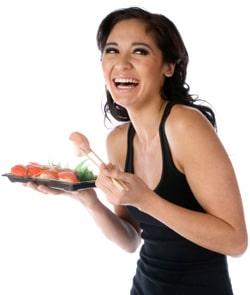Mujer feliz comiendo sushi