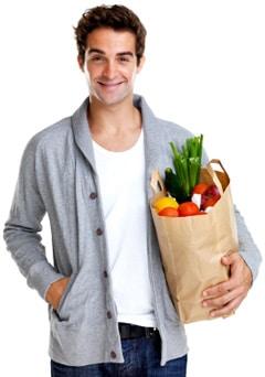 Hombre sano sosteniendo una bolsa de la compra