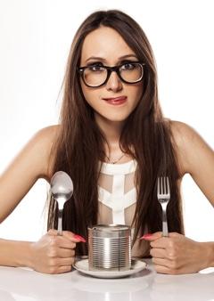 Mujer hambrienta con una lata de comida