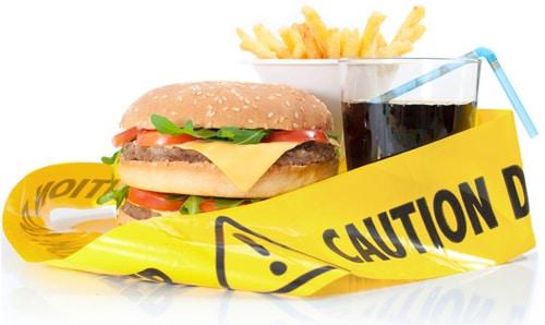 Comida chatarra con cinta de precaución amarilla
