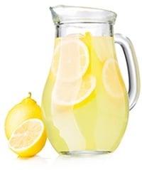 Jarra de Limonada con Rodajas de Limón