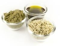 Tazones pequeños que contienen semillas de cáñamo, aceite y polvo