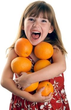 Niña, tenencia, naranjas