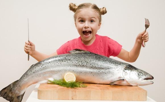 Niña con pez grande