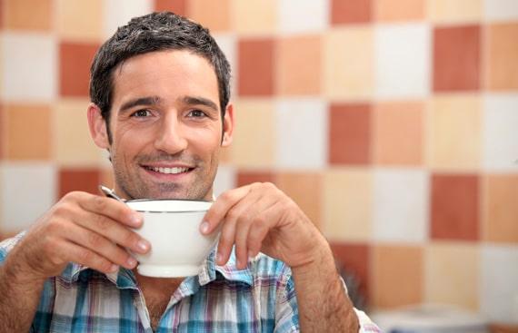 Hombre bebiendo una taza de café