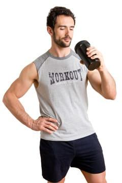 Hombre bebiendo un batido de proteínas