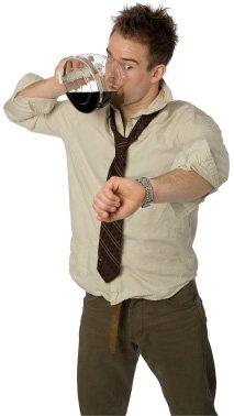 Hombre bebiendo café de la olla