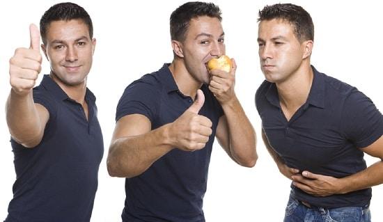 Hombre sufre dolor de estómago después de comer una manzana