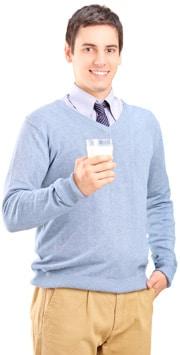 Hombre sosteniendo un vaso de leche