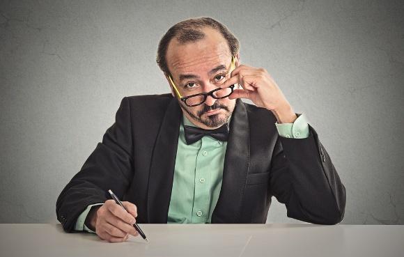 Hombre sentado en el escritorio