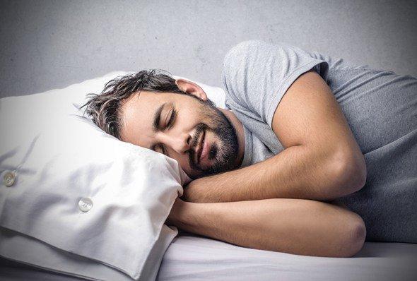 Hombre durmiendo contento