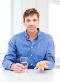 Hombre tomando Omega-3