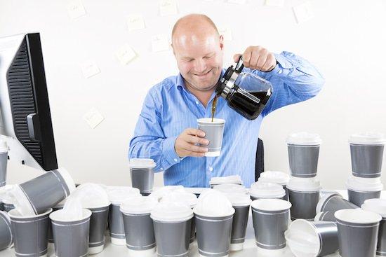 Hombre que bebe mucho café
