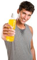 Hombre con bebida deportiva, más pequeño