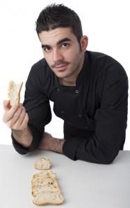 El hombre se pregunta sobre un trozo de pan