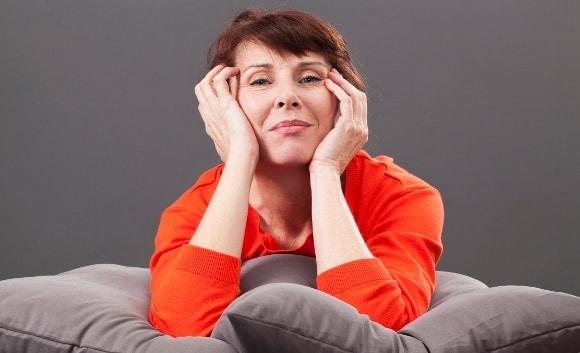 Mujer en edad de menopausia sentada