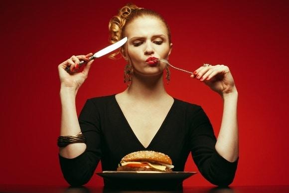 Hamburguesa comiendo conscientemente