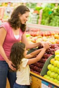 Madre e hija comprando comestibles