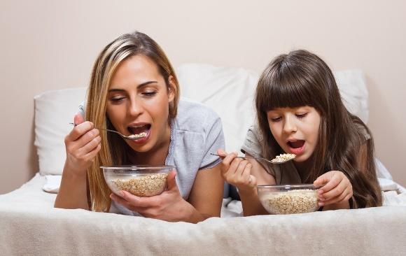 Madre e hija comiendo cereales
