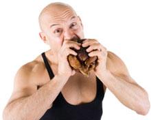 Hombre musculoso comiendo carne, más pequeño