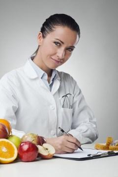 Nutricionista escribiendo en portapapeles