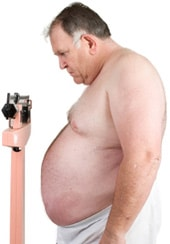 Hombre obeso en una escala, más pequeña