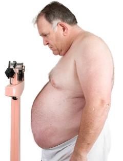 Hombre obeso en una escala