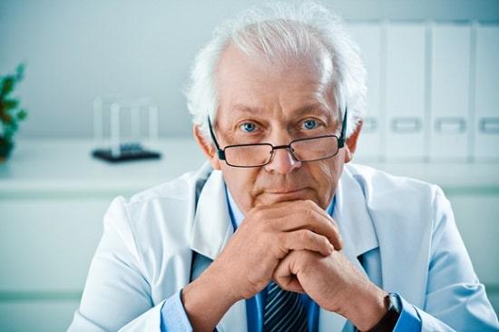 Médico varón mayor, menor