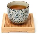 Té Oolong en una taza china en una bandeja de madera