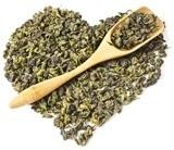 Hojas de té Oolong en forma de corazón y cuchara de madera