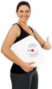 Mujer con sobrepeso sosteniendo una escala con los pulgares hacia arriba